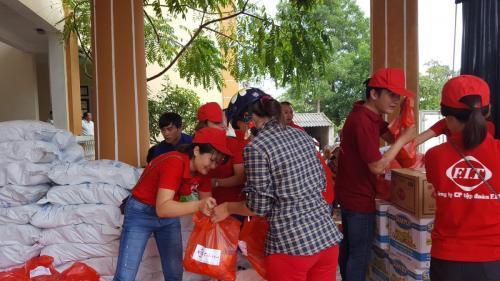 Trao 1200 suất quà cho đồng bào lũ lụt tại huyện Can Lộc, Hà Tĩnh